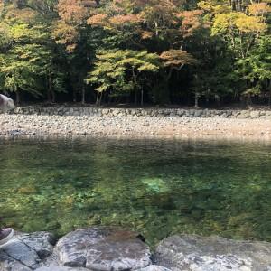 五十鈴川御手洗場のとても綺麗なお水で手を清めました