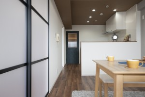 洋室とリビングを繋ぐ扉は引き違いでリビングとひと続きにもなります
