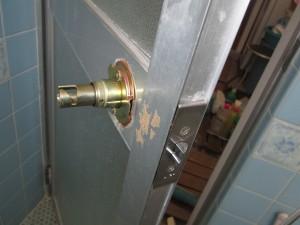 浴室ドアノブ施工中