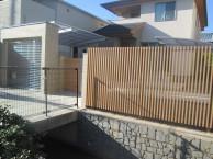 フェンス・門扉の色を合わせ、キレイにまとまりました。